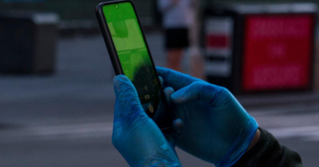 Cep telefonu tutan eldivenli eller
