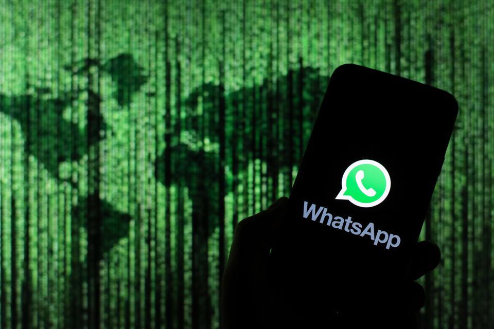 Telefon ekranında WhatsApp logosu - Siberdefter