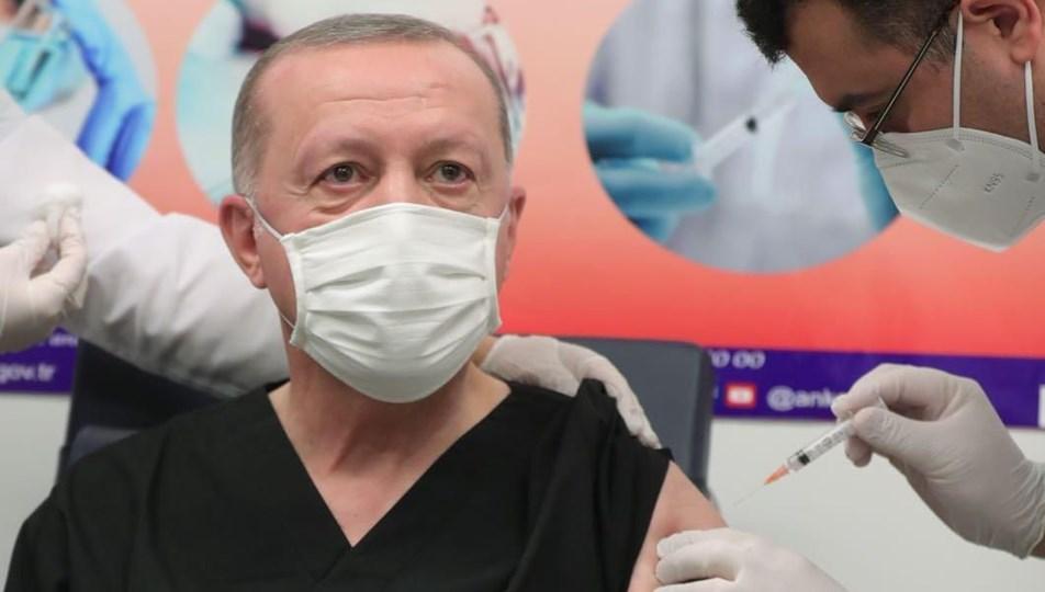 Cumhurbaşkanı Recep Tayyip Erdoğan COVID-19 aşısı olurken