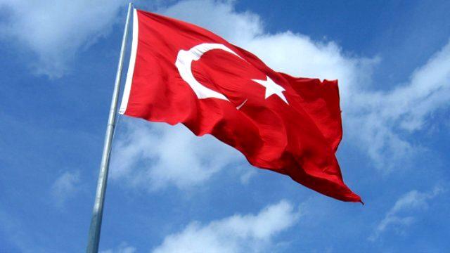 Gökte dalgalanan Türk bayrağı