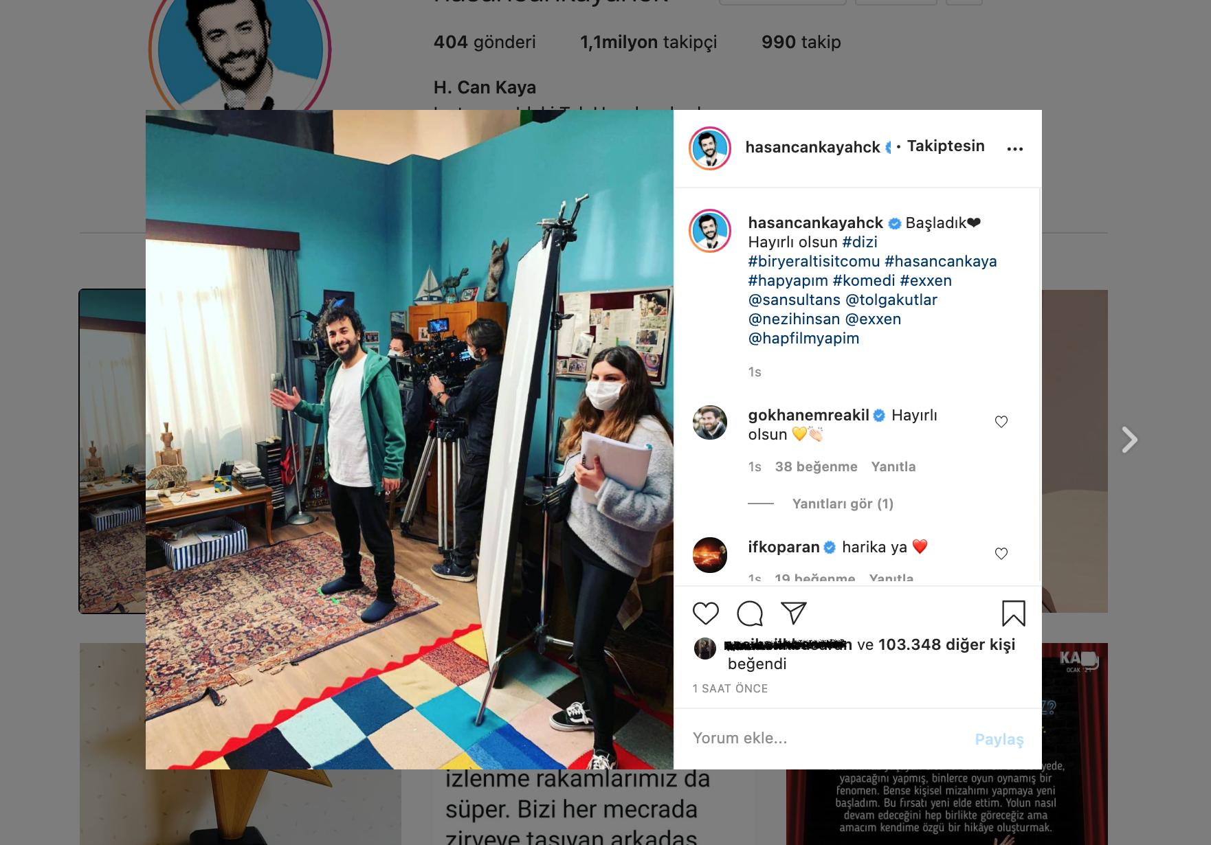 Hasan Can Kaya'nın EXXEN için çekimine başladığı Sitcom dizisine ait Instagram görseli, Fotoğraf içeriği: Instagram arayüzü, plato içerisinde dört kişi, set ekipmanları, Hasan Can Kaya. Siberdefter