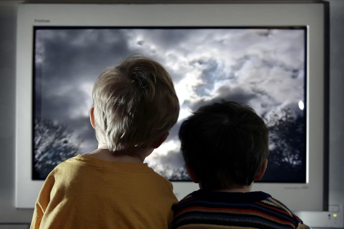Televizyona bakan iki çocuk