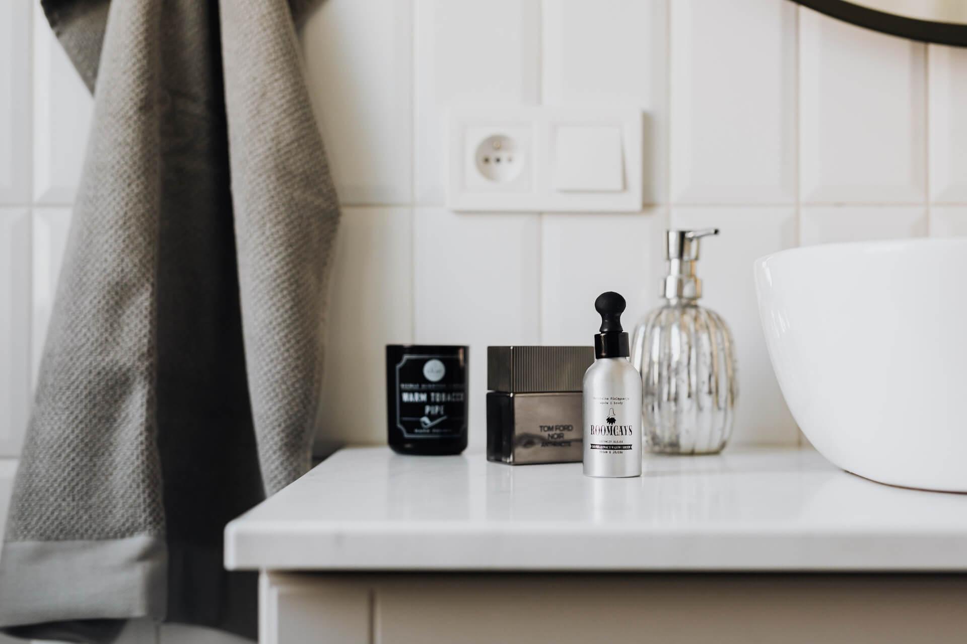 Beyaz masa üzerinde duran bakım ve parfüm şişeleri
