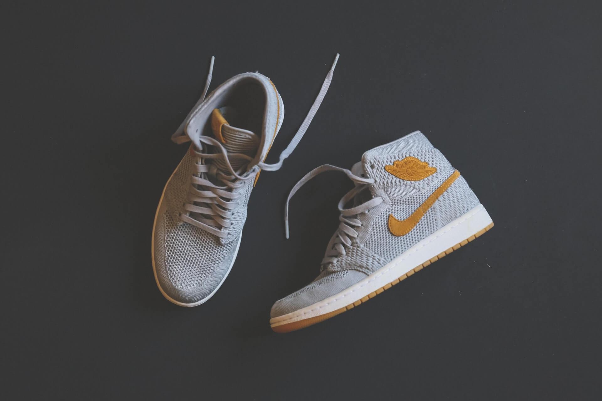 Nike logolu gri ve koyu sarı ayakkabı