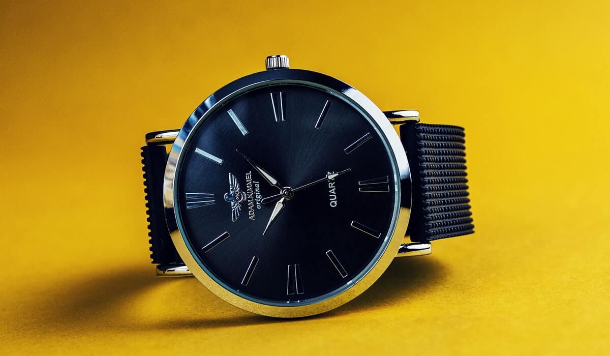 Sarı fon üzerinde siyah klasik saat