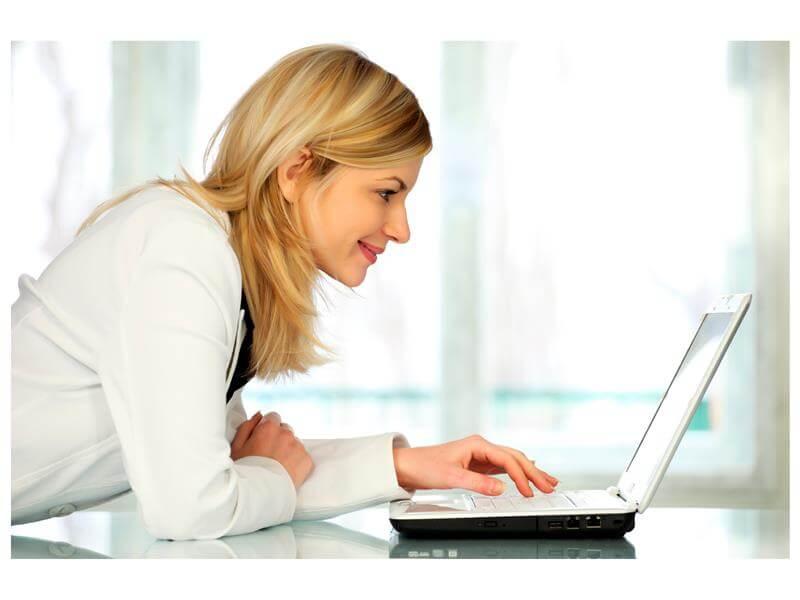 Laptop ile ilgilenen kadın - Ticimax'den Kadın Girişimcilere E-Ticaret Desteği! - Siberdefter
